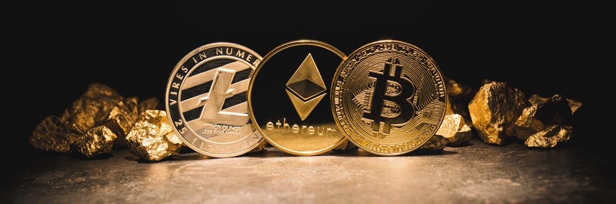 Illustration af Bitcoin, Ethereum og Litecoin som mønter.