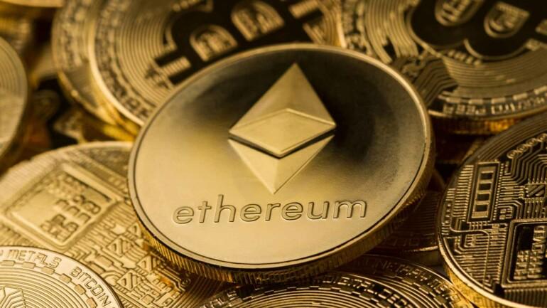 Ethereum i forgrunden med Bitcoin i baggrunden